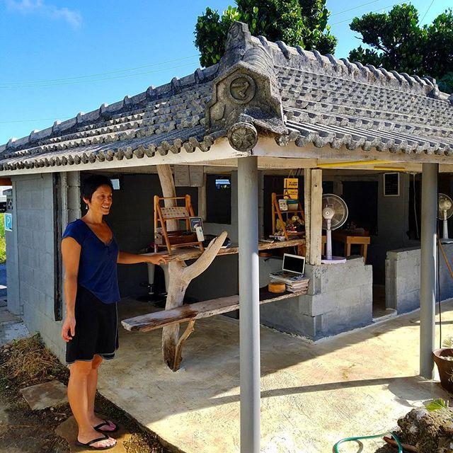 沖縄の古民家が「りんごカフェ」の出で立ちです。開放的なオープンテラスでイートインできるカフェ。肝心のマカロンのラインナップは実に魅力的で、沖縄らしさ光る素材を基調に、島バナナキャラメルや伊江島ピーナッツから、さんぴん茶、泡盛までも。他にずんだ、キャラメルわさび!どれもかなりレベル高いです。その理由、ノルマンディー出身パティシエのご主人、1862年創業のパリのマカロンの老舗「ラデュレ」(Ladurée)で修行したんだって!瀬底島、侮れない。りんごカフェ沖縄県国頭郡本部町瀬底279http://www.oisi-okashi.com/#沖縄#本部町#瀬底島#カフェ#マカロン#スウィーツ#フランス#okinawa#motobu#sesoko#island#cafe#macaron#sweets#france#delicious#dessert#Ladurée#Normandie
